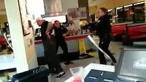 Un homme résiste aux coups de Taser des policiers