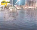 طفل يسبح فى مياه الأمطار بالتجمع الخامس . مش هتبطل ضحك