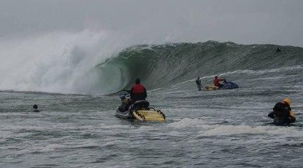 Justine surfe la vague de Mullaghmore