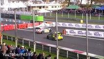Valentino Rossi dépasse dans un virage en voiture