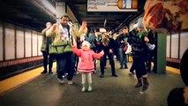 Une fillette met l'ambiance dans le métro à New York