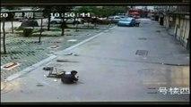Un 4x4 roule sur un petit enfant chinois sans l'écraser