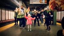 Cette petite fille crée la bonne humeur et met l'ambiance dans le métro New-Yorkais