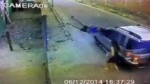 Une voiture fauche une femme et prend la fuite - Délit de fuite très violent!