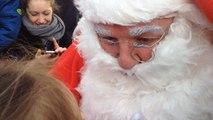 Père Noël est sorti du cadeau