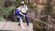 Spectaculaire saut en pendule dans un précipice