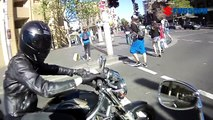Un motard en pleine séance de drague se fait pourrir par un vieux gars en scooter!