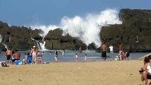 Praia com ondas gigantes protegidas por pedras-Po_
