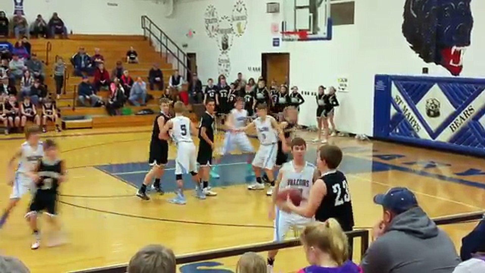 YouTube: equipo perdió el partido cuando la pelota se atoró en el aro (VIDEO)