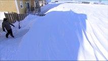 Un homme creuse un tunnel sous la neige pour atteindre sa voiture... ça neige fort au canada!