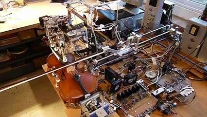 Keman Çalabilen Robot
