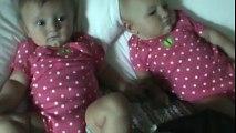 Un bébé fait du bruit avec sa bouche et fait rire sa soeur