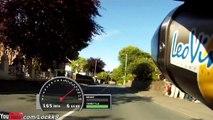 Une course de motos à pleine vitesse  sur les routes de l'île de Man