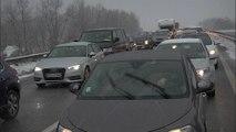 Neige: la journée de galère des automobilistes sur la route des Alpes