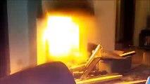 Un idiot ivre jette une bombe aerosol dans une cheminée