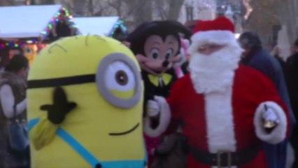 Des chalets de Noël sur le cours