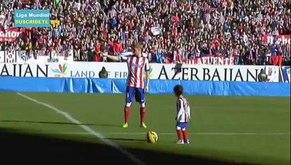Fernando Torres Firma y Regala Balones a hinchas de Atletico Madrid