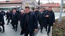 Davutoğlu Cuma Namazına Yürüyerek Gitti, Saz Çalan Kişiyi Dinledi