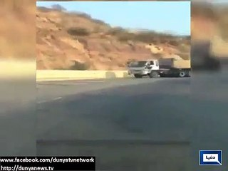 Brave Pakistani Man Stops 22 Wheeler Brake-Failed Truck on Motorway.