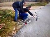 Un homme ivre veut faire du vélo