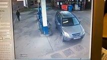 Quand une blonde tente de remettre de l'essence dans sa voiture, ça donne ça !