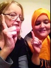 ایک امریکن لڑکی اپنی والدہ کو اسلام قبول کرواتے ہوئے۔ شیئر کرے دل