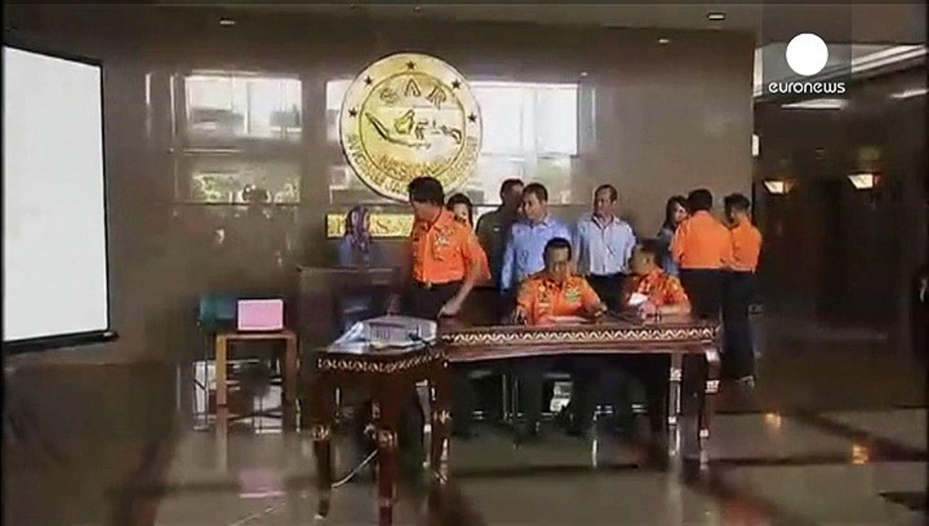 Indonesia confirma el hallazgo de la cola del avión de AirAsia que se espera contenga las cajas negr