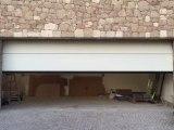 Porte de garage sectionnelle plafond motorisée et posée par APG Accès Portes de Garage