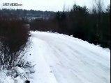 Maitrise parfaite d'un chauffeur-livreur sur la neige (drift)