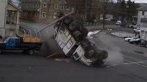 Un camion poubelle sans frein d'écrase dans un parking et fait un tonneau!