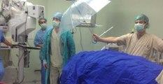 Doktorlar, Damlayan Sudan Hastayı Korumak İçin Şemsiye Tuttu