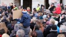 Hazebrouck: la foule chante La Marseillaise en hommage aux victimes des attentats