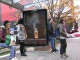 """McDonald's - restauration rapide - novembre 2009 - """"Votre café gratuit est prêt"""", dispositif à vapeur dans un abribus"""