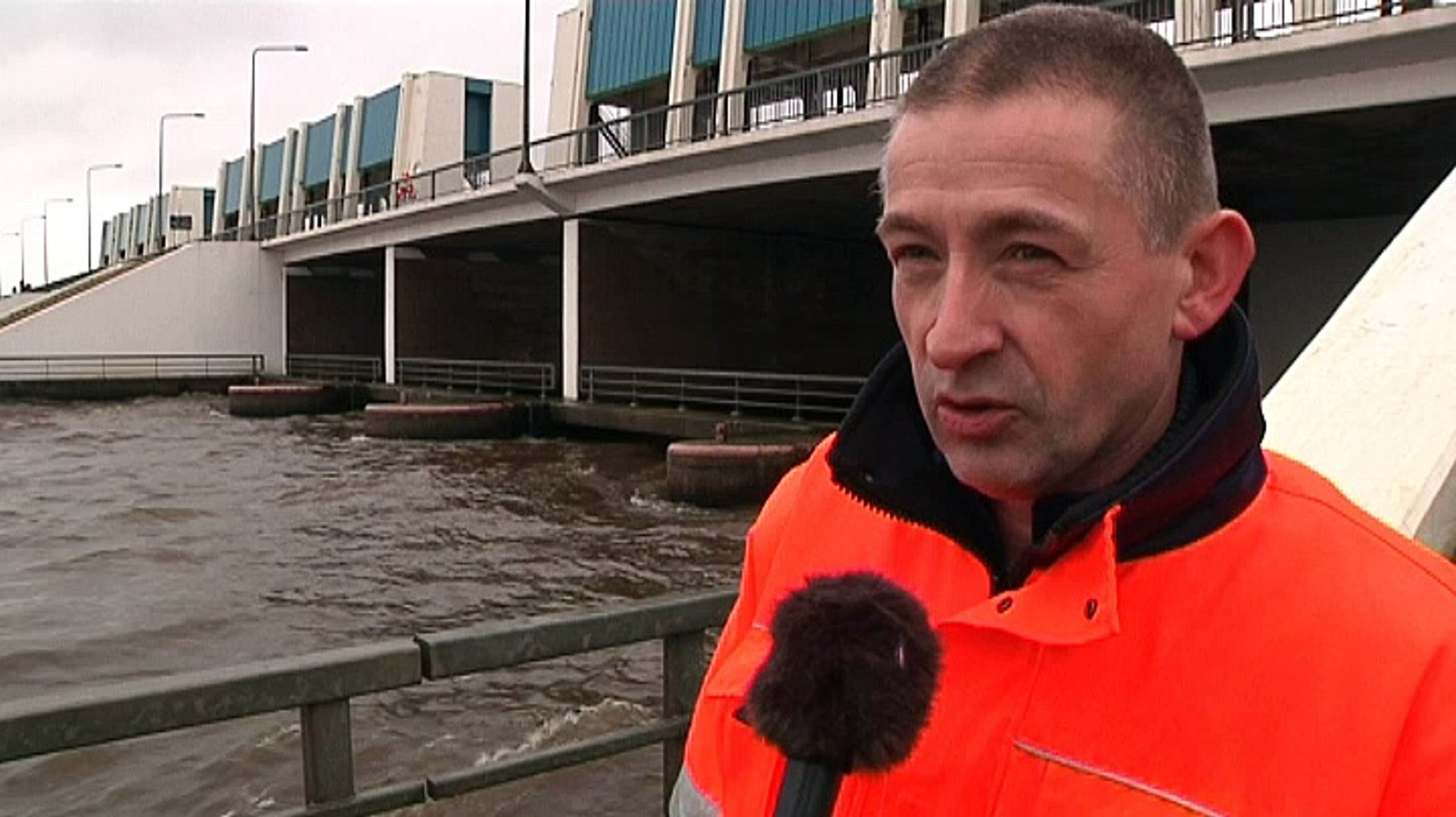 Groningse zeesluizen wagenwijd open voor droge voetjes - RTV Noord