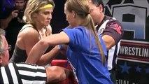 Une femme perd tout contrôle pendant une compétition de bras de fer !
