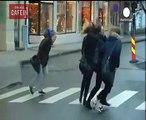 Les passants sont stoppés par ces violentes rafales de vent