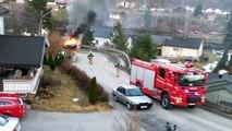 Des pompiers essayent d'éteindre un feu de véhicule (Fail)