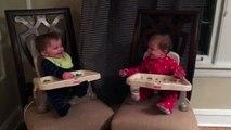 Deux bébés jouent à peekaboo