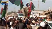 Pakistan- des manifestants anti-Charlie brûlent par erreur le drapeau italien