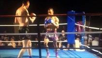 Un Champion de Muay Thai met son adversaire KO en un coup de pied circulaire ultra puissant!