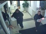 Une femme arrive dans un poste de police et lance du bacon et des saucisses sur les flics!