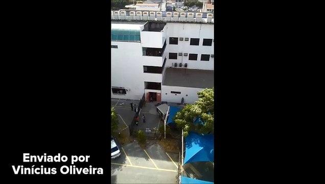 Corpo sendo retirado da Prefeitura de Vila Velha