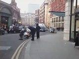 Héro du jour : un homme se bat contre des voleurs armés - Londres