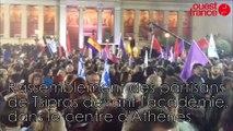 Rassemblement des partisans de Tsipras devant l'académie, dans le centre d'Athènes dimanche soir vers 23h