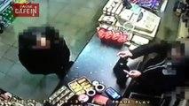 Ce marchand a subtilisé l'arme d'un voleur en toute quiétude.