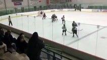 Un papa en colère pendant un match de hockey sur glace