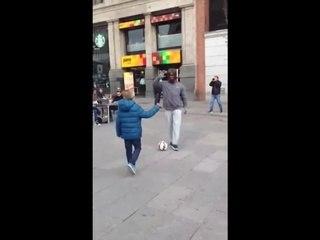 Cristiano Ronaldo surprend un gamin en pleine rue