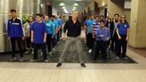 Un professeur de lycée danse avec ses élèves sur la musique Uptown Funk