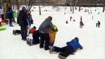 Après les chutes de neige, New York s'amuse, le Massachusetts écope