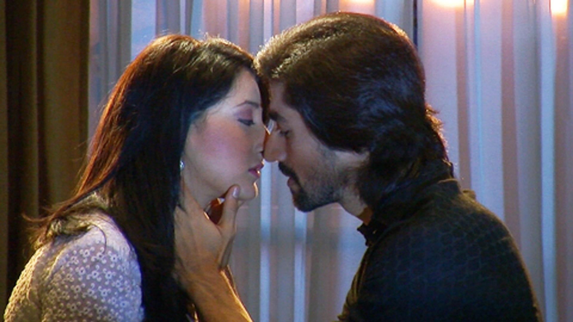 Sahir To Kiss Aarzoo In Humsafars   Sony Tv